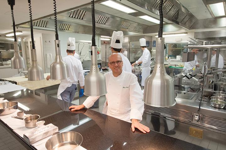 Heinz Beck nel suo regno: la cucina de La Pergola, tre stelle Michelin (foto Franco Roscioli)