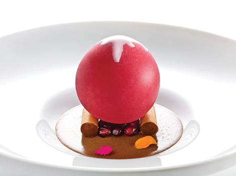 Uno dei piatti-capolavoro di Heinz Beck: la sfera ghiacciata di melograno su crema alla gianduia e cannelloni ai pinoli salati (foto di Janez Puksic)
